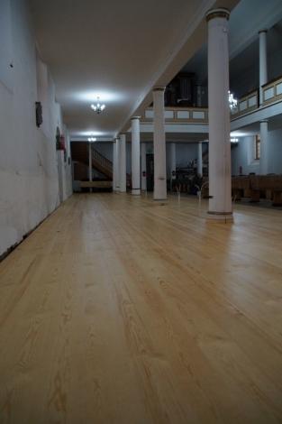 Remont drewnianej podłogi w kościele zakończony